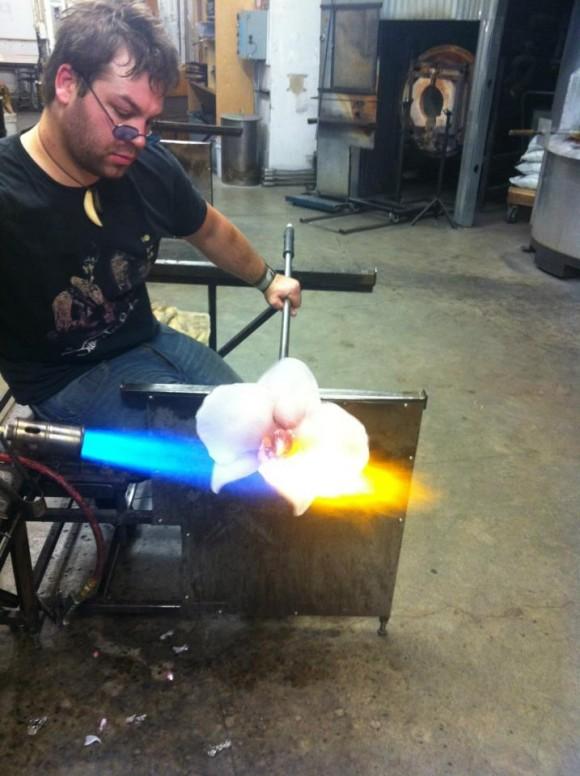 Η διαδικασία δημιουργίας από λιωμένο γυαλί είναι ιδιαίτερα απαιτητική.