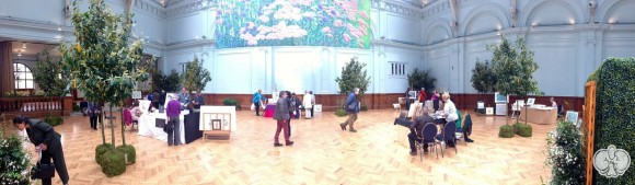 Πανοραμική άποψη του χώρου της έκθεσης βοτανικής τέχνης. Κάντε κλικ για μεγαλύτερο μέγεθος.
